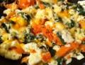 وصفة البيض الملخبط مع السلمون والسبانخ وكراث